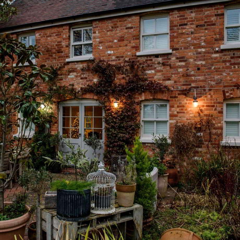 Como iluminar un Jardín usando apliques de pared